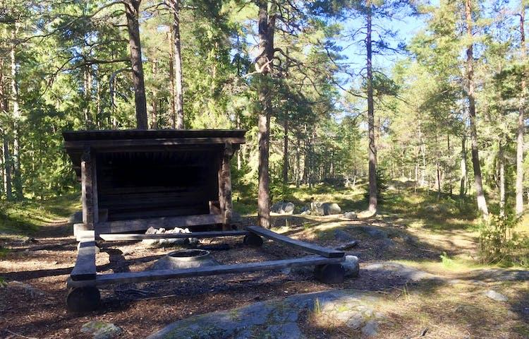Vindskydd, eldstad och sittbänkar. Foto: Mats Larshagen.