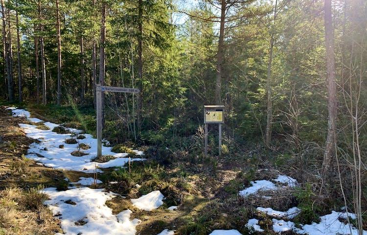 Från Roslagsleden är det skyltat in i reservatet. Foto: Lena Malmström