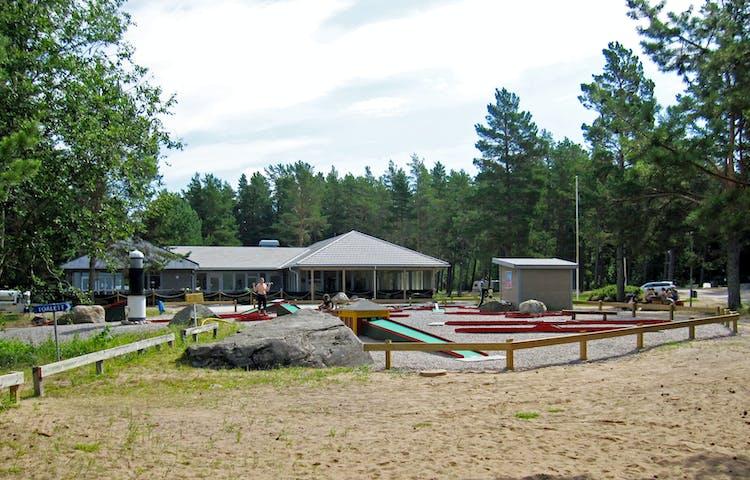 Framför ett servicehus på campingen finns en minigolfbana på grusat underlag..