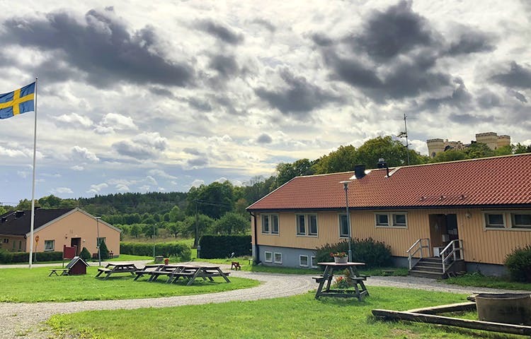 Bogesunds slottsvandrarhem med Bogesundsslott i bakgrunden.