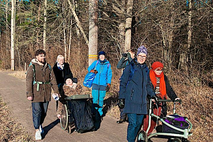 Sju personer som vandrar på Upplandsledens etapp 1:0.