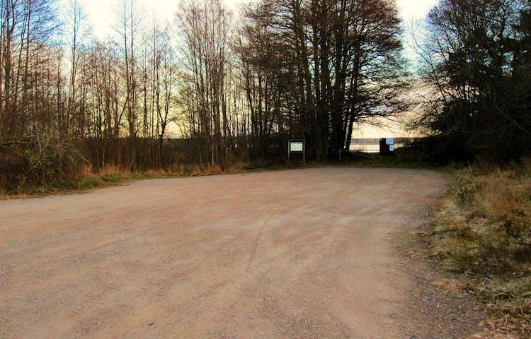 Parkering vid naturreservatet Fysingens södra entré, Åholmen. Foto: Länsstyrelsen