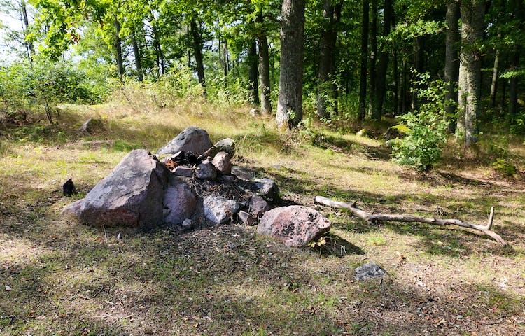 Eldstad gjord av stenar.
