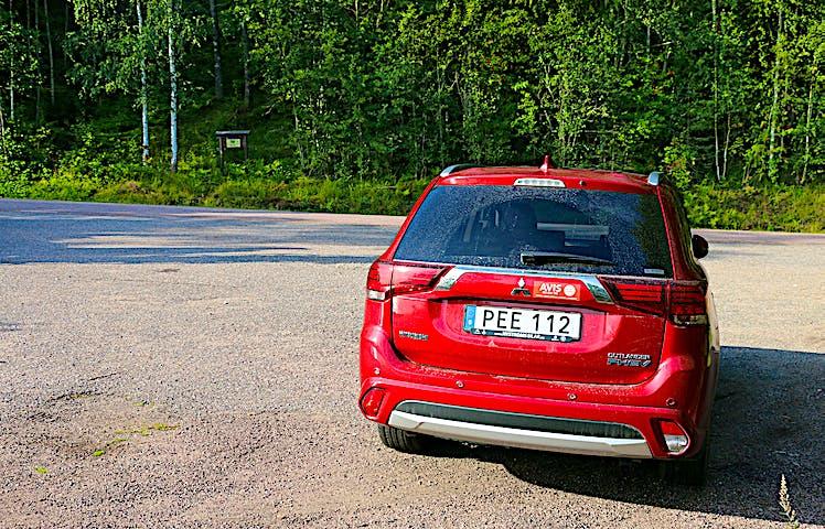 Bil parkerad i en vägficka mittemot vattenfallet Brudslöjan.