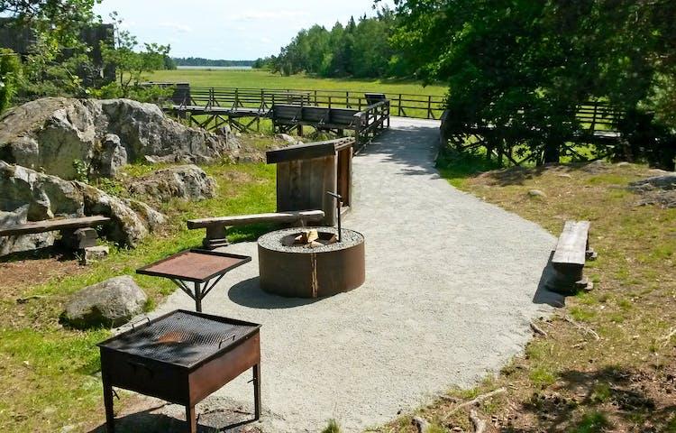 I anslutning till fågeltornet finns en rastplats med eldstad, vedförråd bänkar.