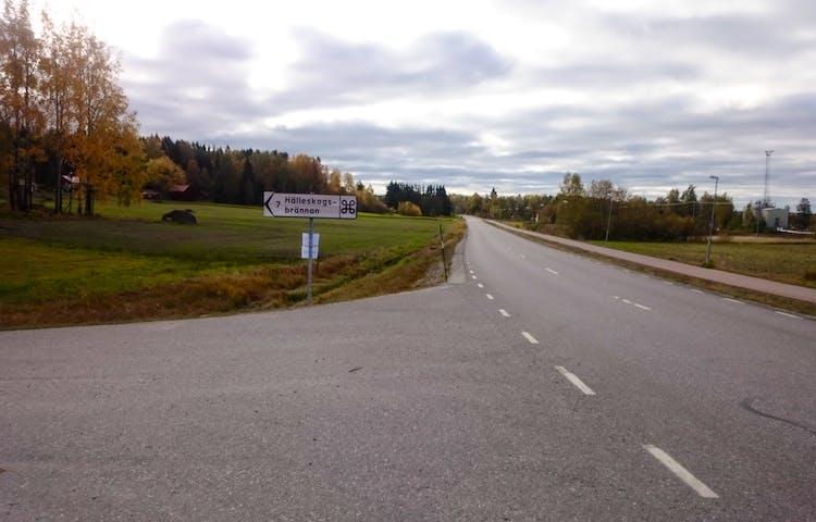 Skylt vid landsväg som visar vägen till naturreservatet.
