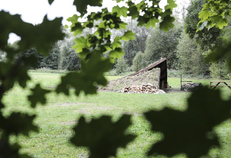 Vindskyddet omfamnas av marken runtomkring tack vare det gräsklädda taket som smälter in i ängslandskapet.