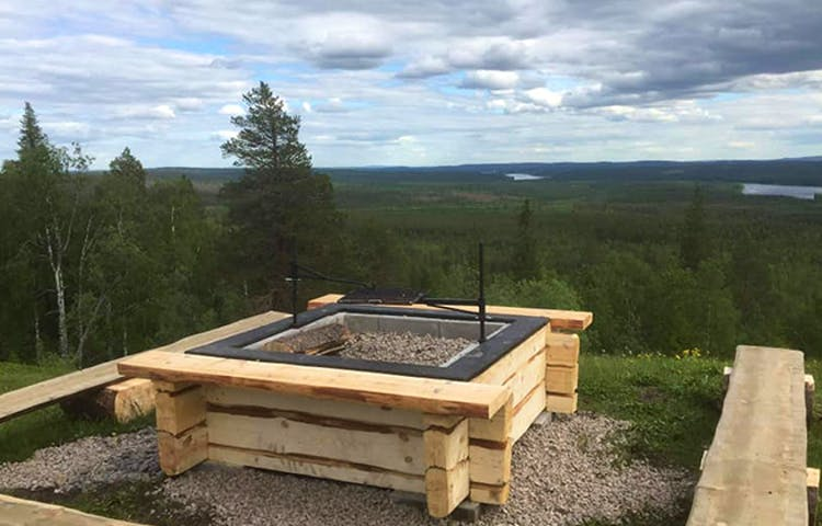 Eldstad med tre bänkar på ett berg.