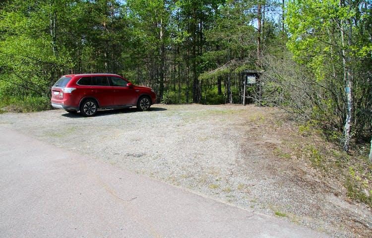 Parkering på grusplan intill landsvägen.