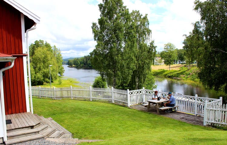 Fika vid vattnet vir Turistgården i Töcksfors