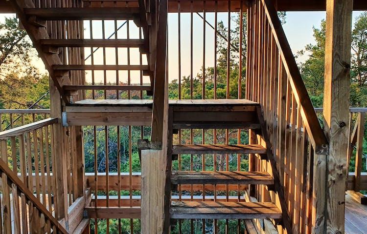 Trappsteg och räcken av trä inuti tornet.
