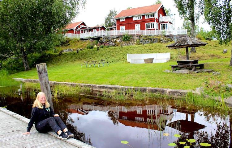 Frida på bryggan vid Turistgården i Töcksfors
