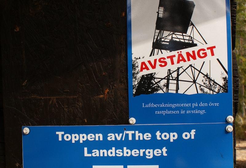 Informationsskylt vid Norra Landsberget, Luftbevakningstornet är avstängt